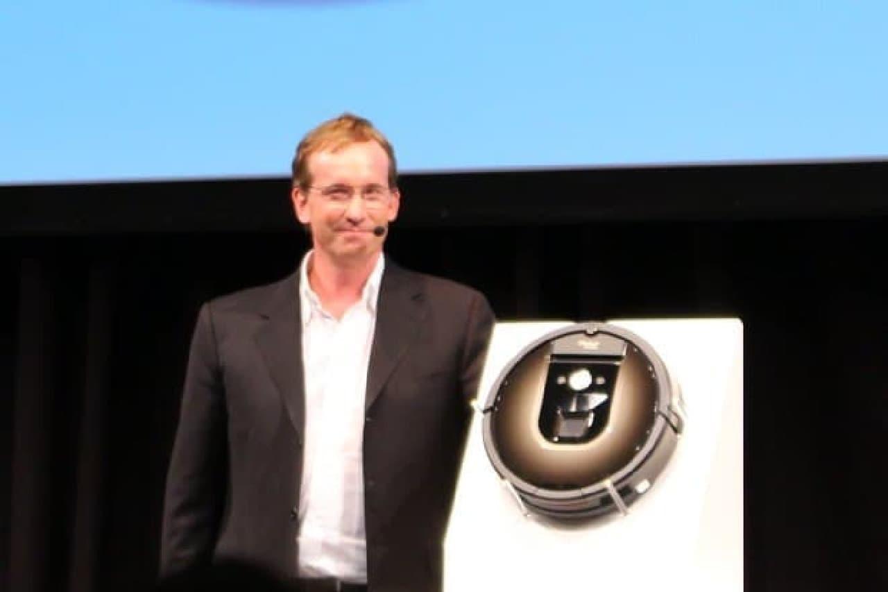 満面の笑みで「ルンバ 980」をお披露目するiRobot CEOのコリン・アングル氏