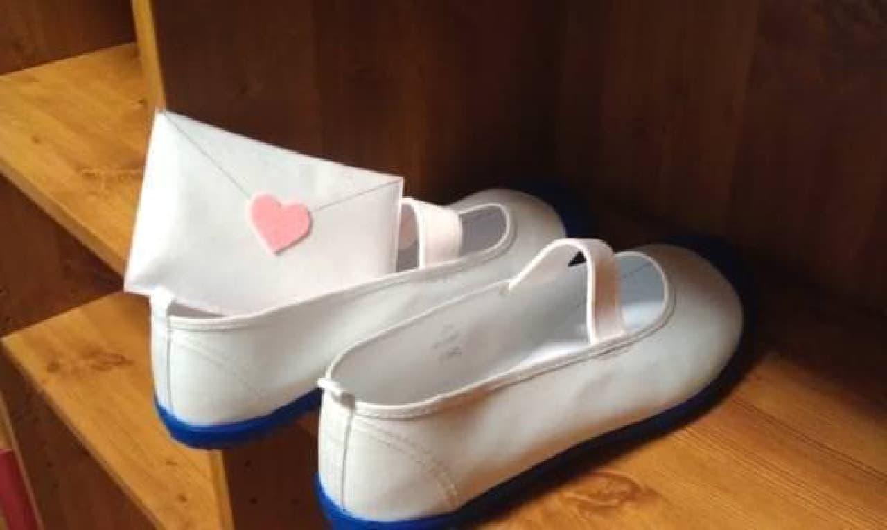 差出人はお母さん?「ラブレター型靴用脱臭材」(箕輪真次郎/まなび部門)