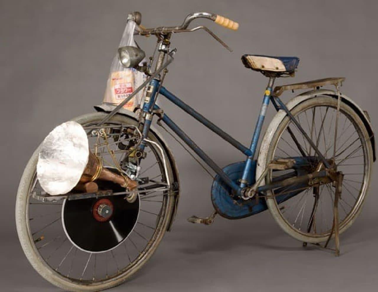タイヤの回転を、そのままターンテーブルの回転に活用する「歌え!自転車」