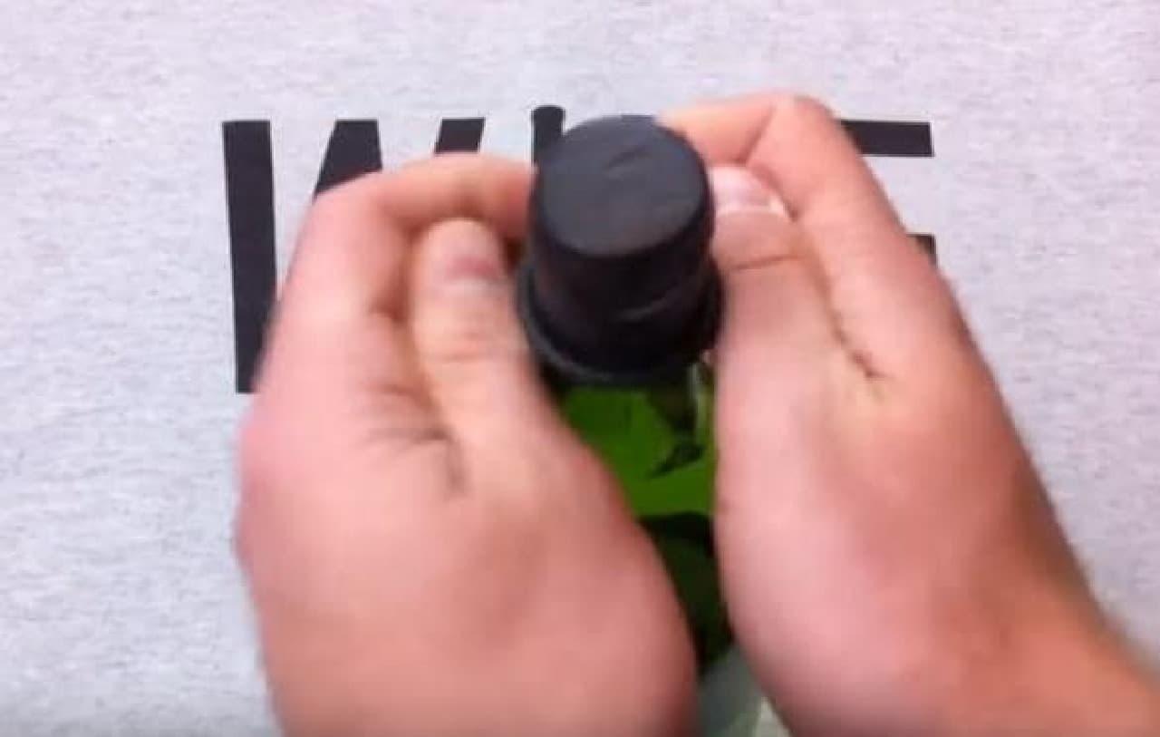 装着手順2:ボトルの口部分にぴったりと密着させ、両手の指で巻きおろす