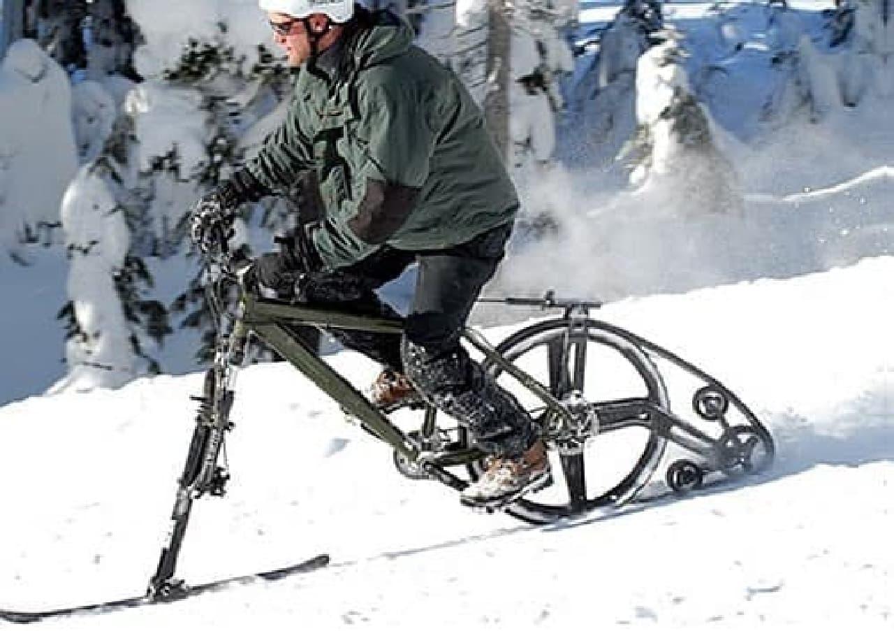 参考画像1:雪上をスキ―のように走行できる自転車「KtracK」