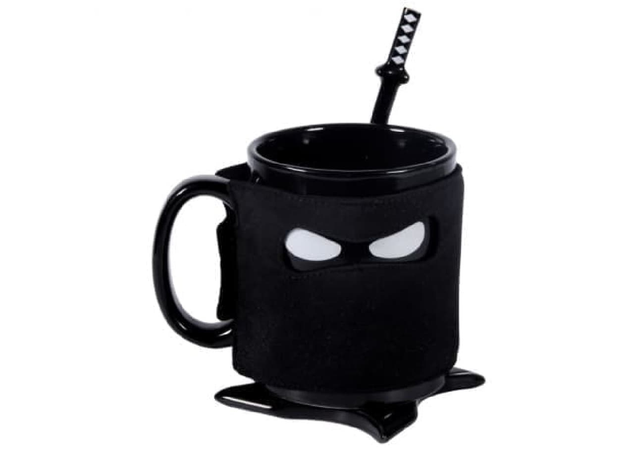 忍者をイメージしたマグカップ「Ninja Mug」  頭巾型にデザインされた保温カバーが特徴です