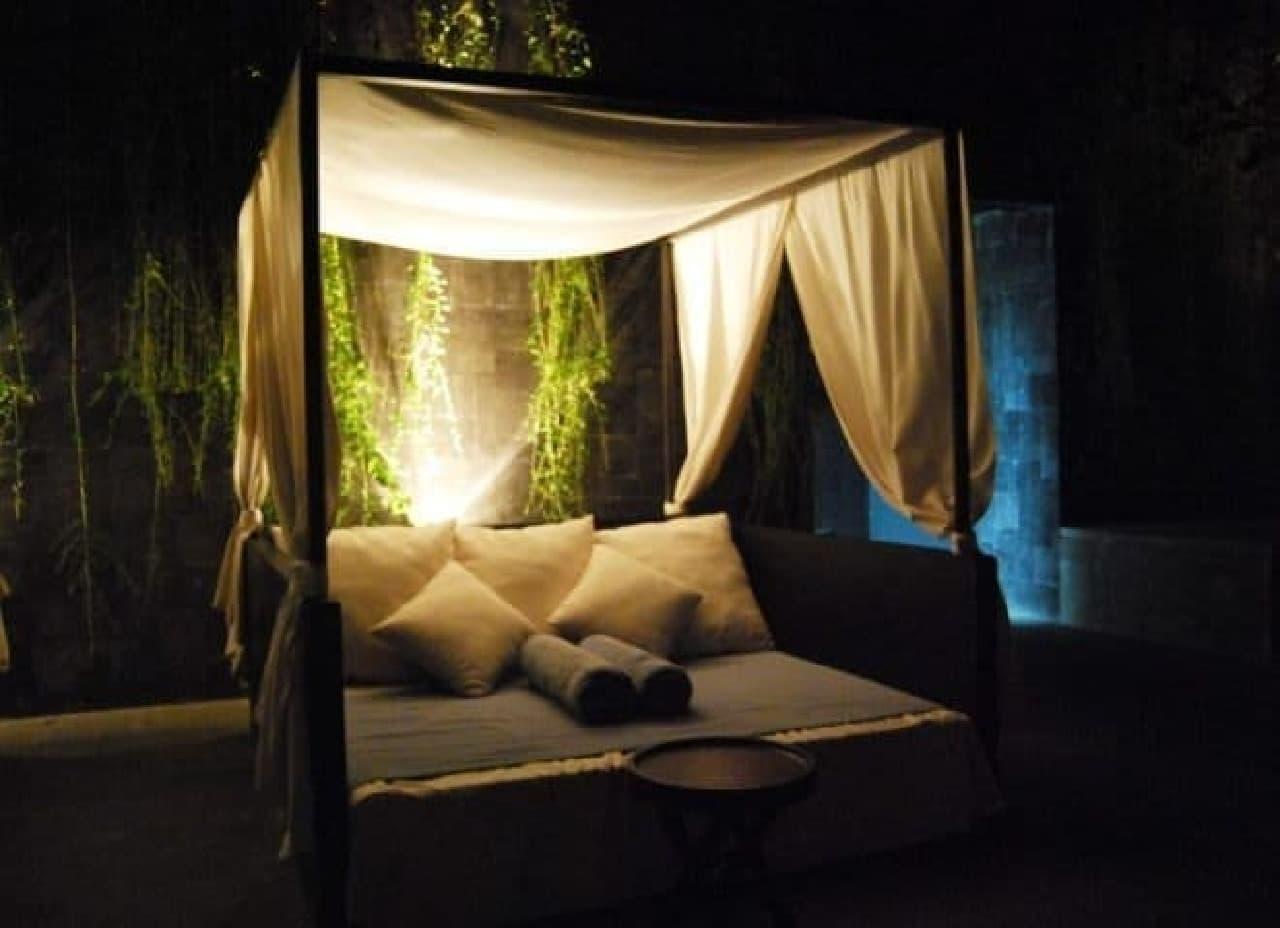 参考画像:天蓋付きベッド  最近は南国のリゾート地や日本のラブホテルでも見ることができる