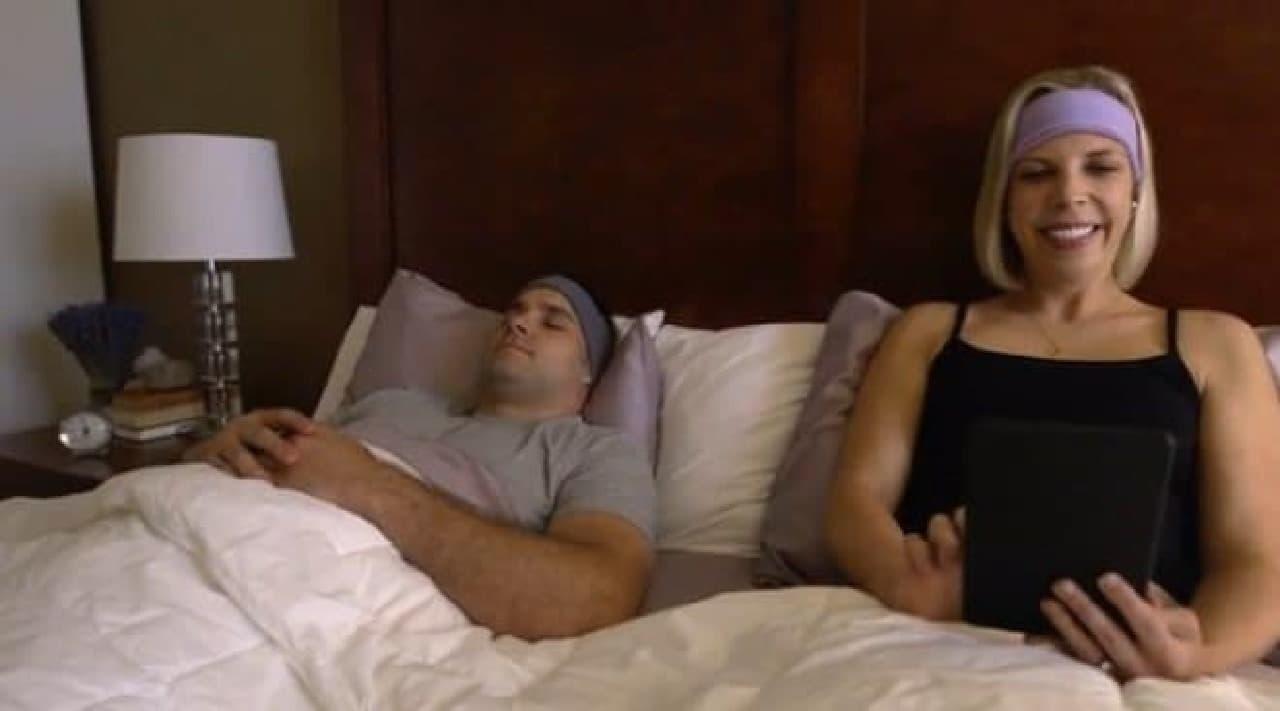 パートナーに装着してもらえば、ベッドで本を読んでも大丈夫  相手はぐっすり眠れます