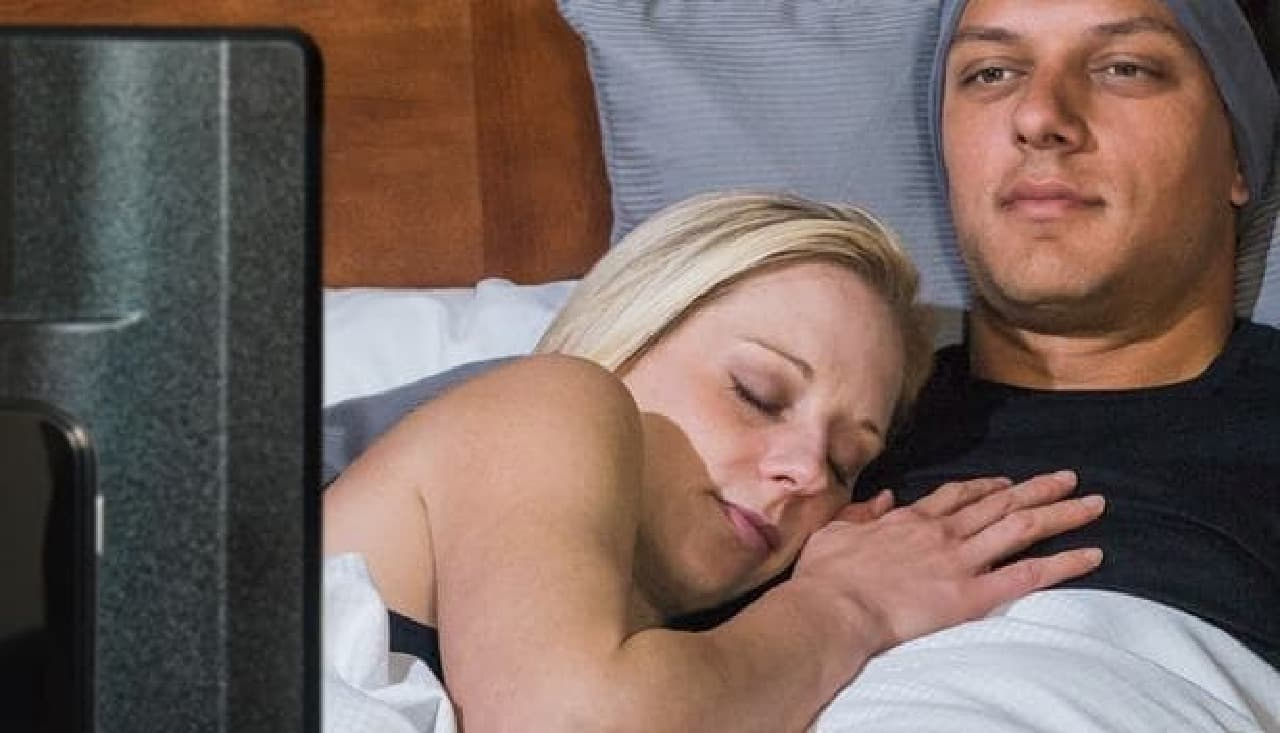 ベッドでテレビ音声を聴くための「TellyPhones」