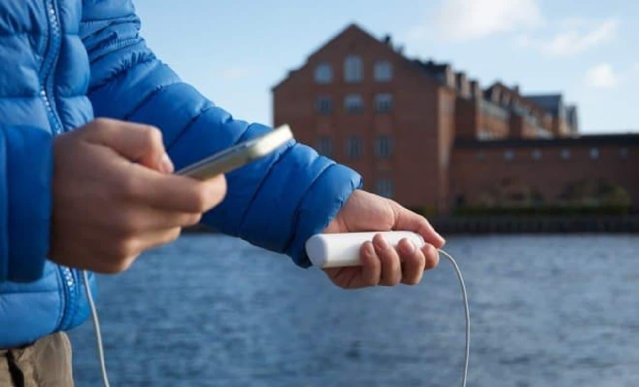 スマートフォンのバッテリーが切れたら  「HeLi-on」を取り出して接続  すぐに使えるようになる