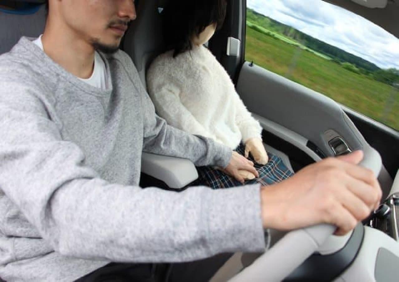 「日本綿嫁」とのドライブデート  対向車のドライバーは、まさか枕だとは思わないのでは?