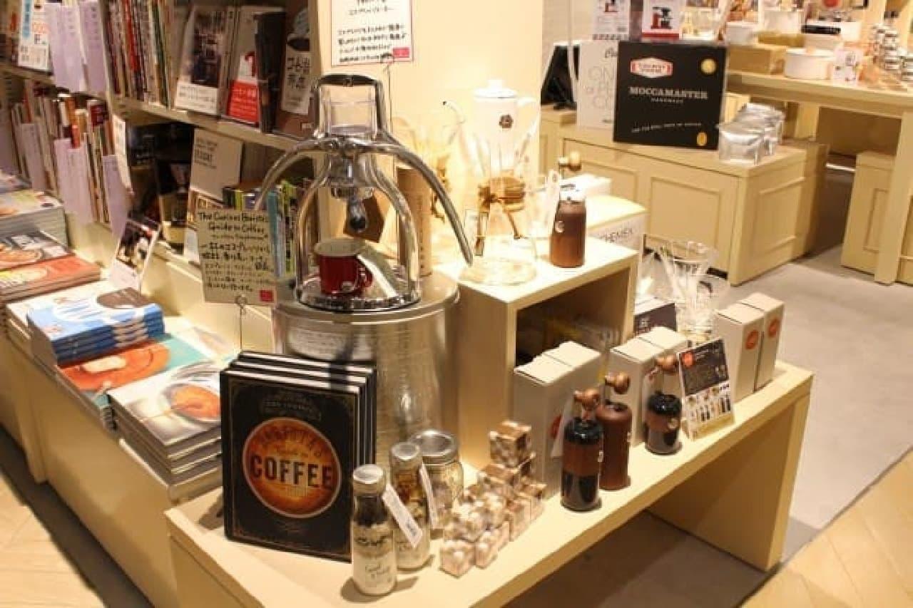 コーヒーの本の横に素敵な道具が並んでたら…買っちゃうでしょ