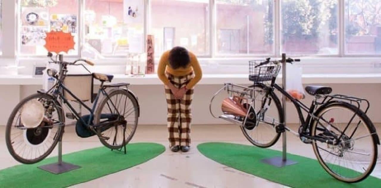 製作者の折戸朗子さんと  「歌え!自転車」1号(左)2号(右)