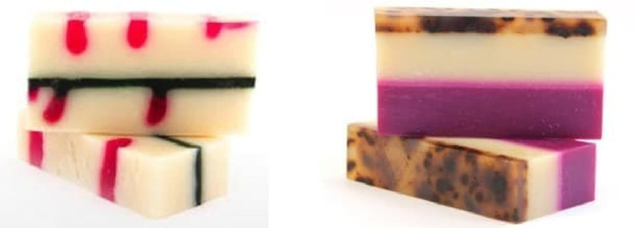 ペパーミントとパインニードルが香る「キャンディケインソープ」(左)と  カラーも香りも魅惑的な「ストリップティーソープ」(右)