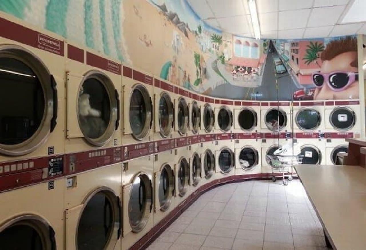 参考画像:米国のコインランドリー  スニーカーなどもここで洗濯します