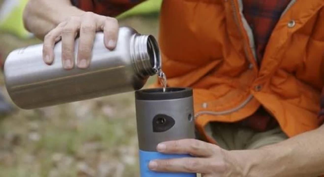 コーヒーをいれるには、「mojoe」に水を注ぐ