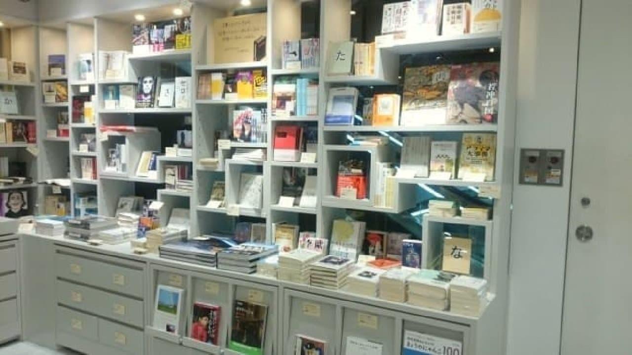 カクカクとした不思議な形の本棚「tanakanata」(画像は書籍館3階)