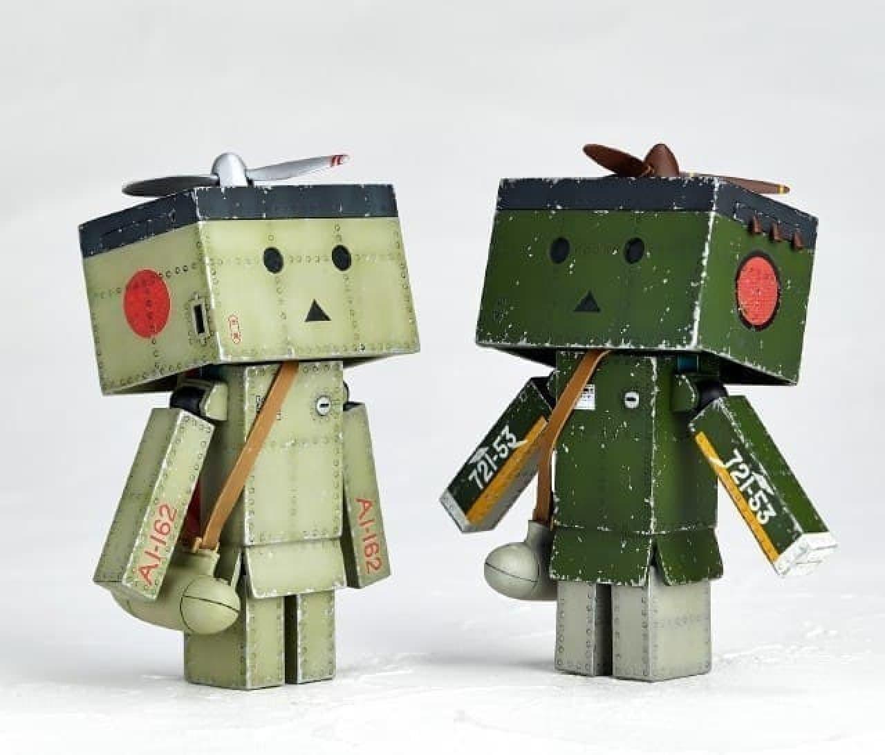 21型(画像左)は明灰白色ベースで、  52型(画像右)は暗緑色ベースで仕上げられた  (C)KIYOHIKO AZUMA/YOTUBA SUTAZIO