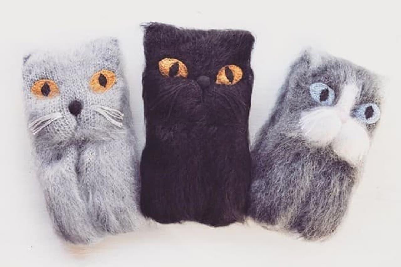 """左からグレーのネコ、黒ネコ、靴下を履いたネコ  """"柔らかく幸せな巻き心地""""だそうです"""