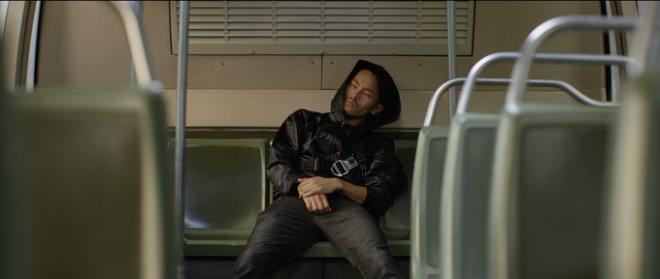 仕事で忙しく、疲れきっているビジネスパーソンが、通勤時間中に電車やバス、