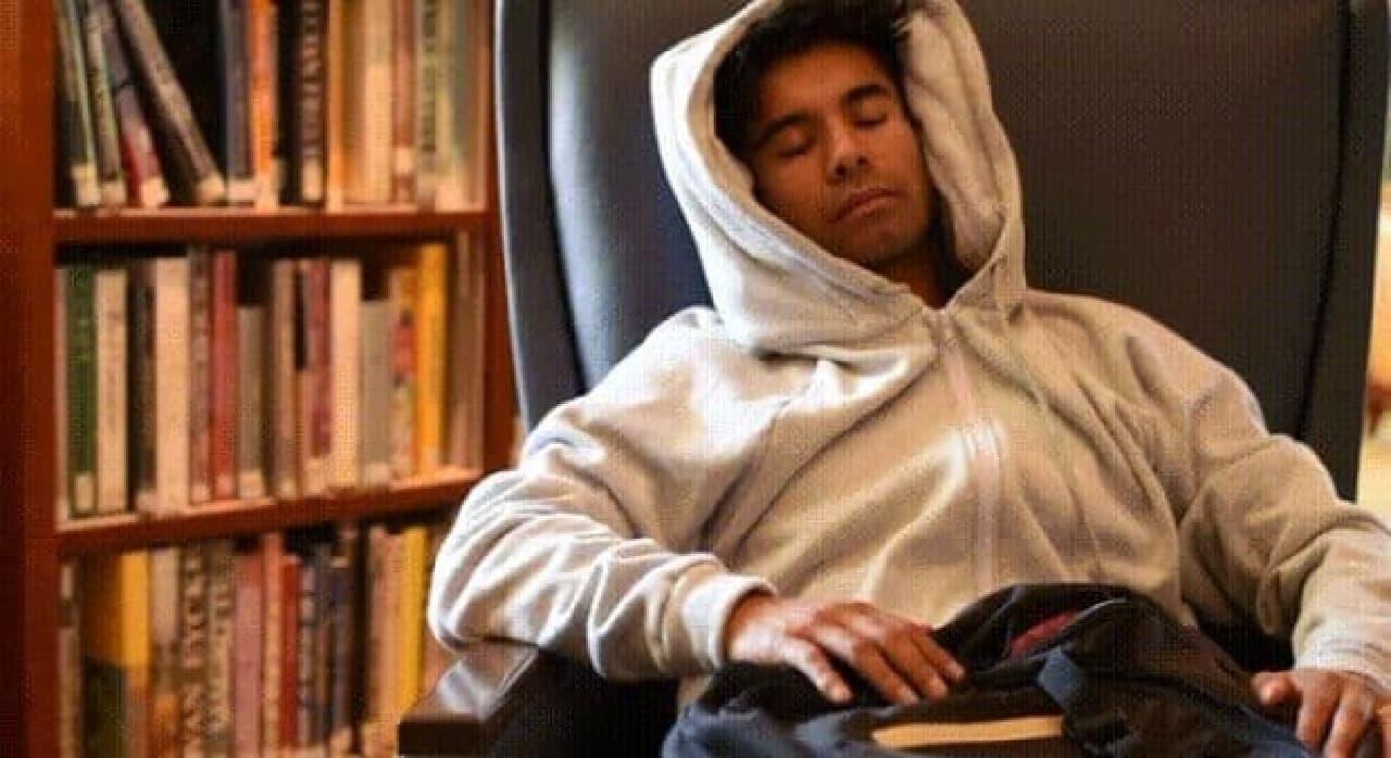 フードが枕となり、快適に眠れる