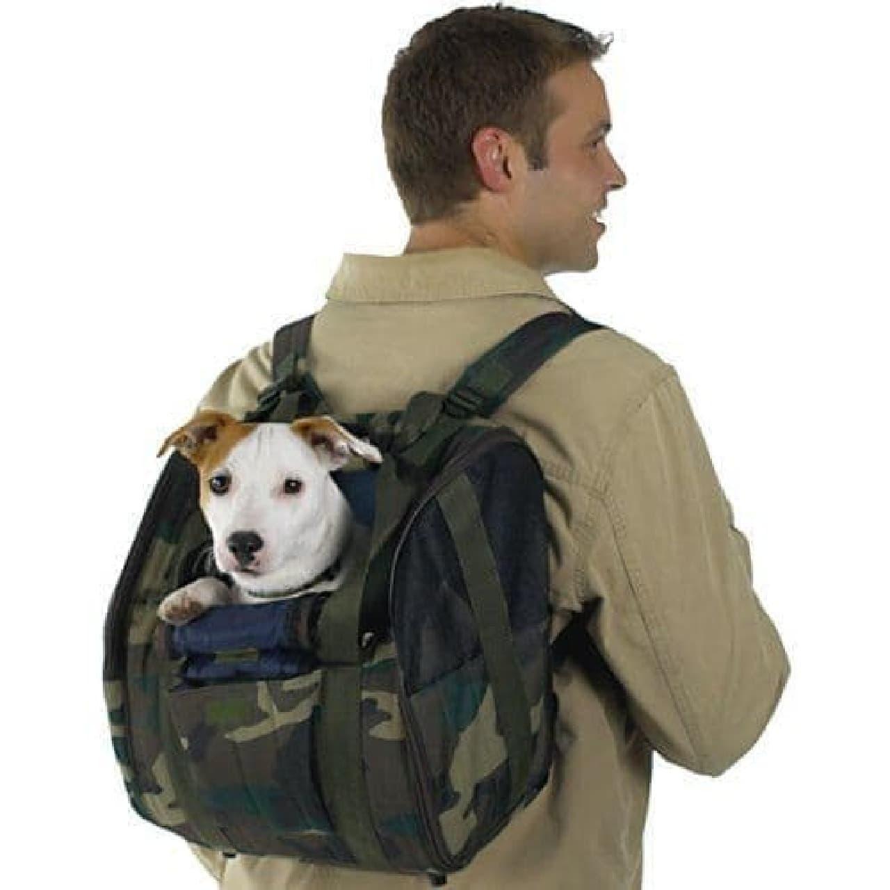 参考画像:従来型犬用バックパック  密着度が低いのがわかる  また、犬は後ろ向きになるので、ちょっと不安…。