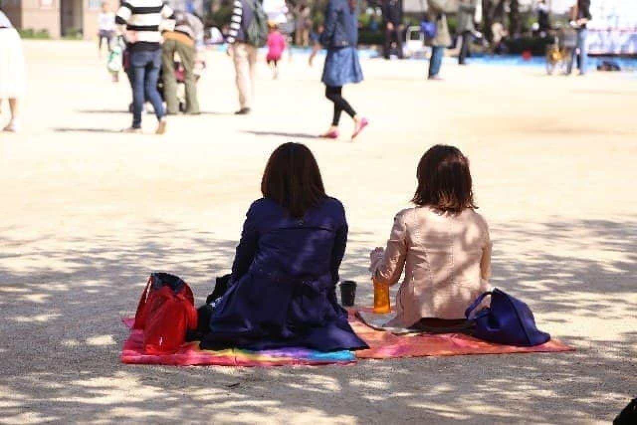 ブルーでなくても、地面に座るのは、さみしい…。