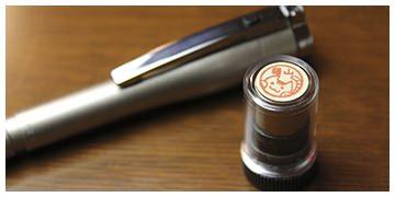 「ねこずかん ネームペンタイプ」は、持ち運びしやすい「ねこずかん」  ボールペン&シャープペンシルとしても使えます