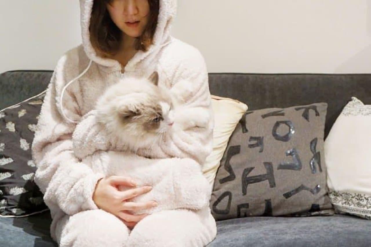 白ネコを飼う人が「ホワイト」を着用すれば、親子ネコ気分になれた