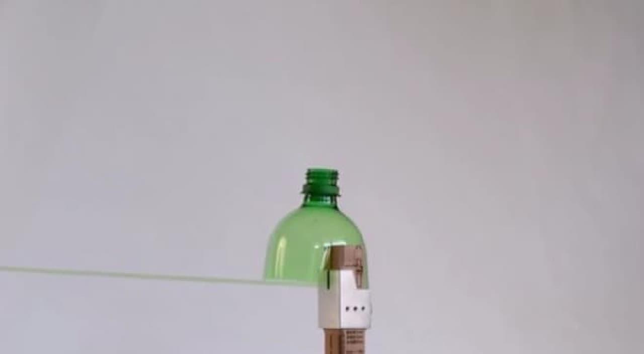 ペットボトルが回転しながら切断され、細いロープに加工されます
