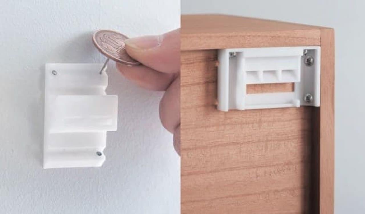位置を決めたら壁掛けパーツを硬貨で固定し、本体を掛ける