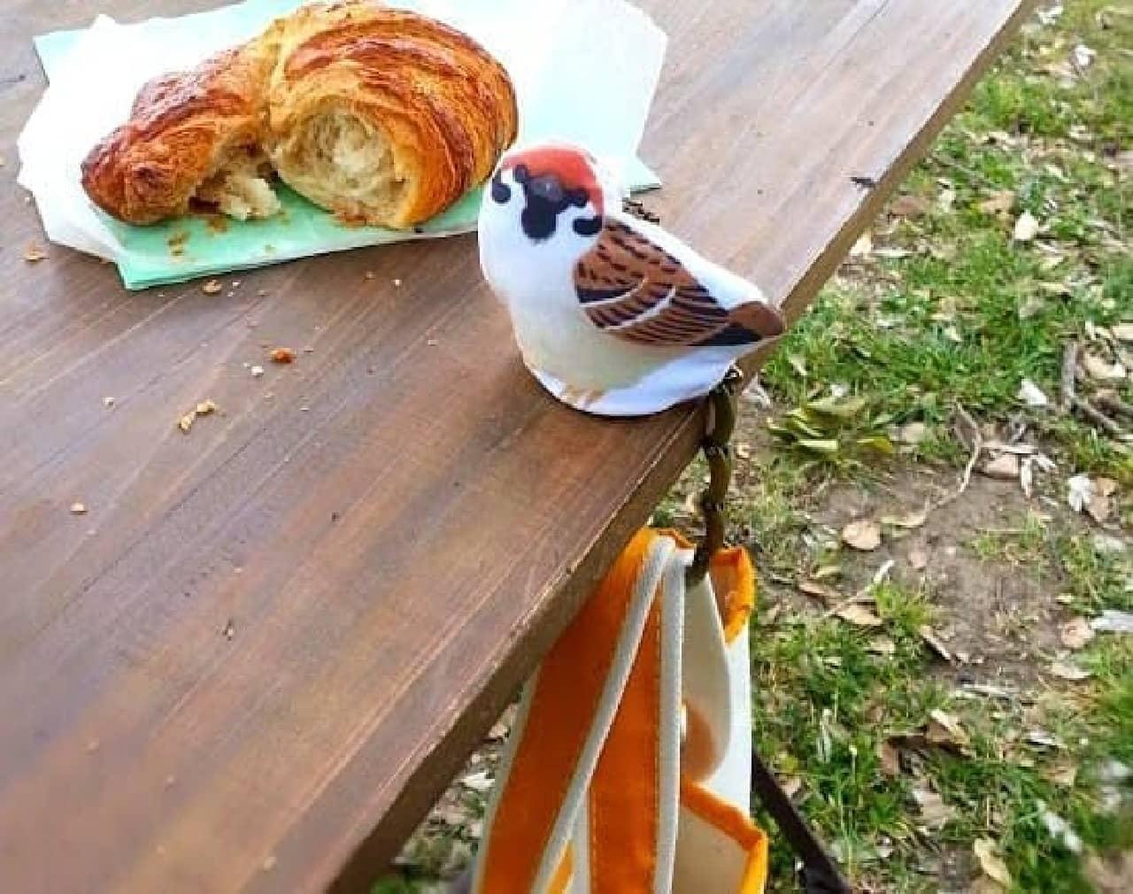 テーブルの端に掛けて使うバッグハンガー「小鳥のおねだりバッグハンガー」  チュン!な小鳥がついてきます