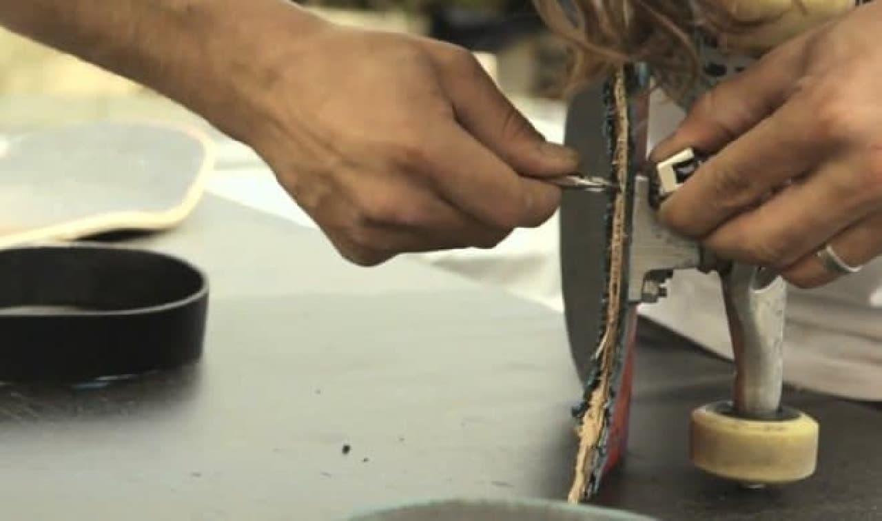 レンチでナットを固定し、ドライバーでネジを回す作業が簡単に!