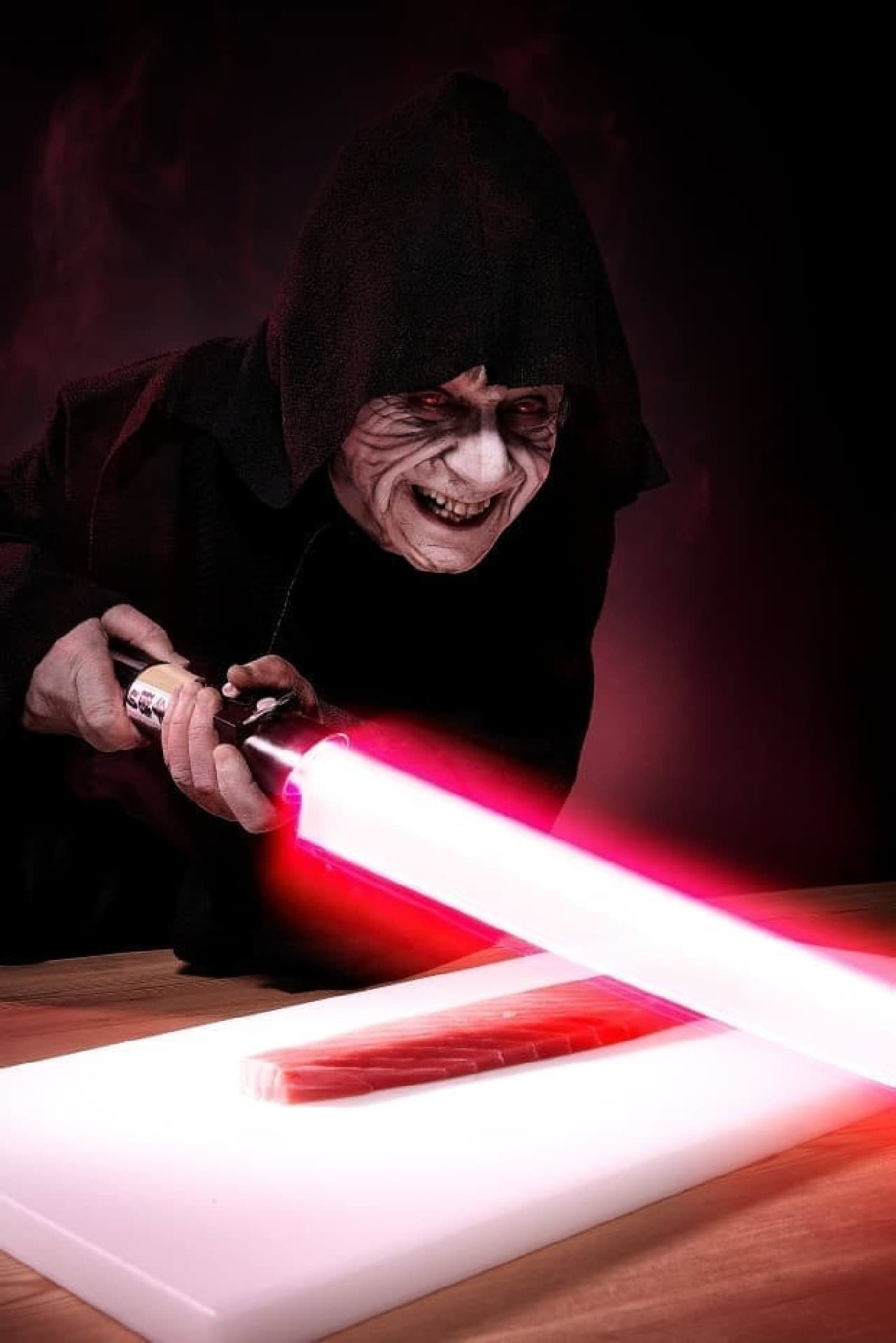 「特注の光る包丁」  ブラスターの弾を弾くこともできるが、  すしネタを切りつけることもできる