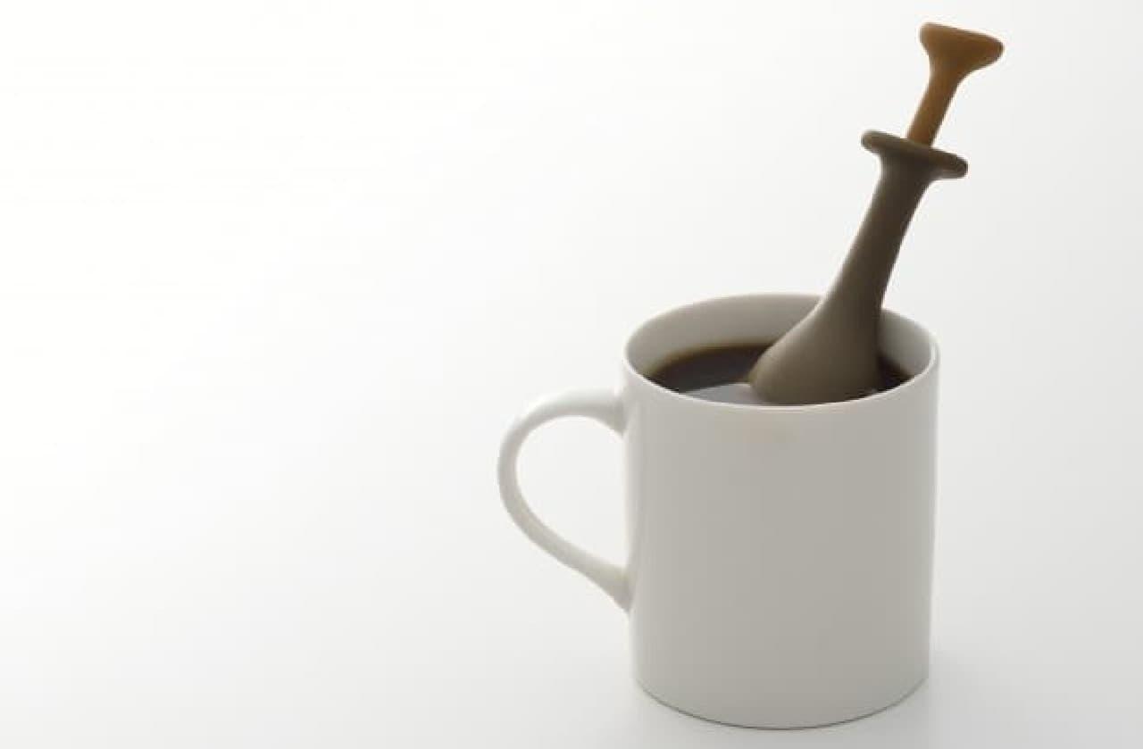 お湯を注いだカップに「Coffee Press」を4分程度浸し