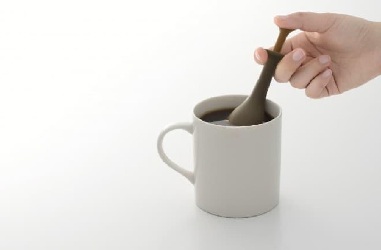 カップ内でピストンを押してコーヒーを抽出します