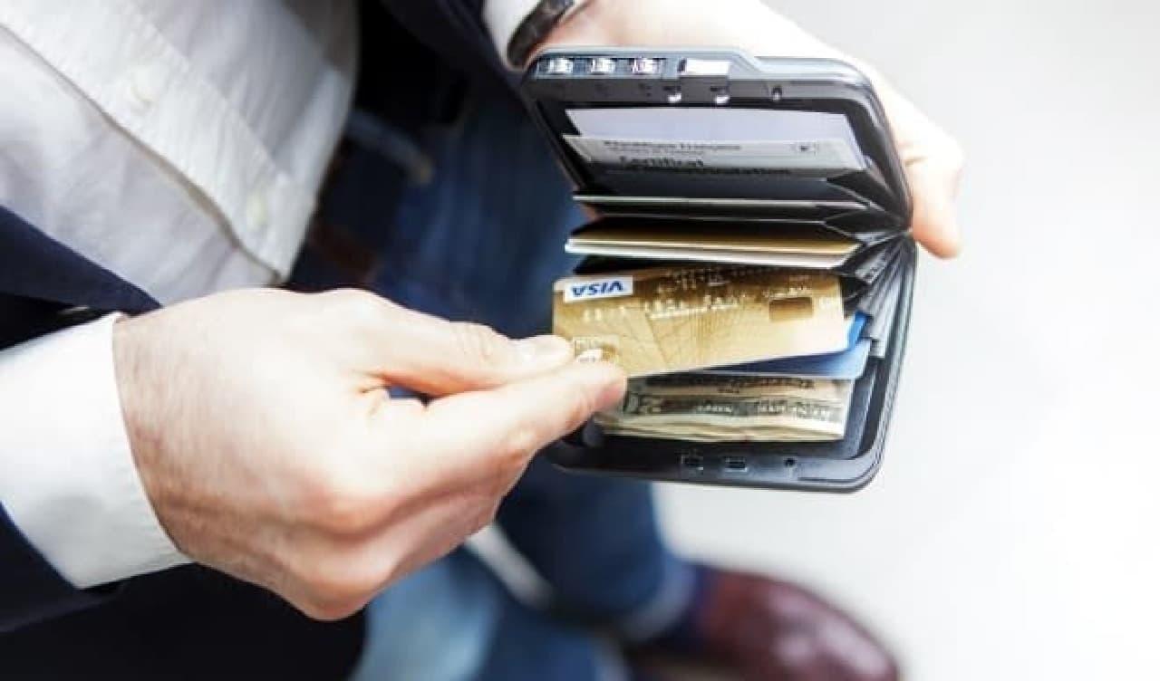 7つのポケットが用意されており、12枚のクレジットカードや紙幣を入れられる