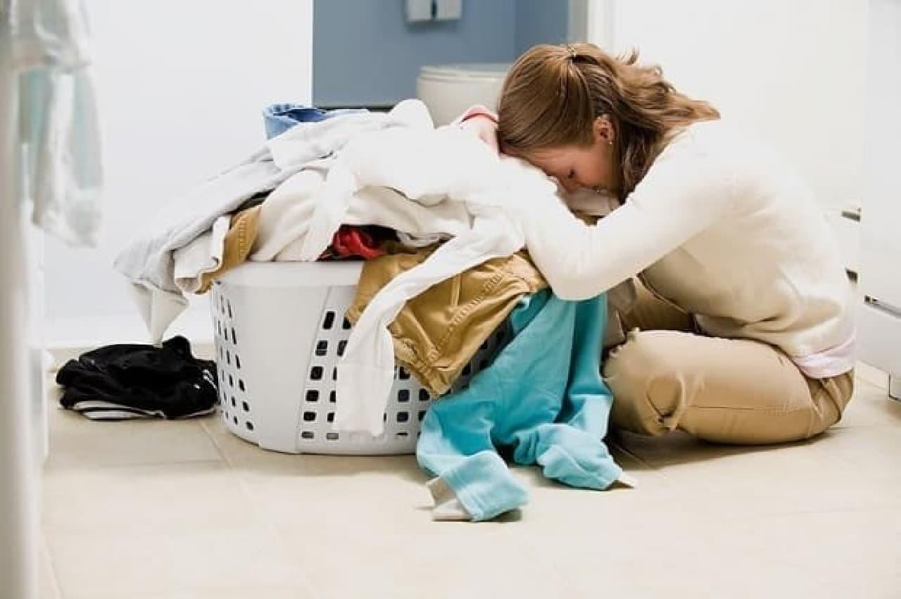 多くの洗濯物にうんざりする主婦