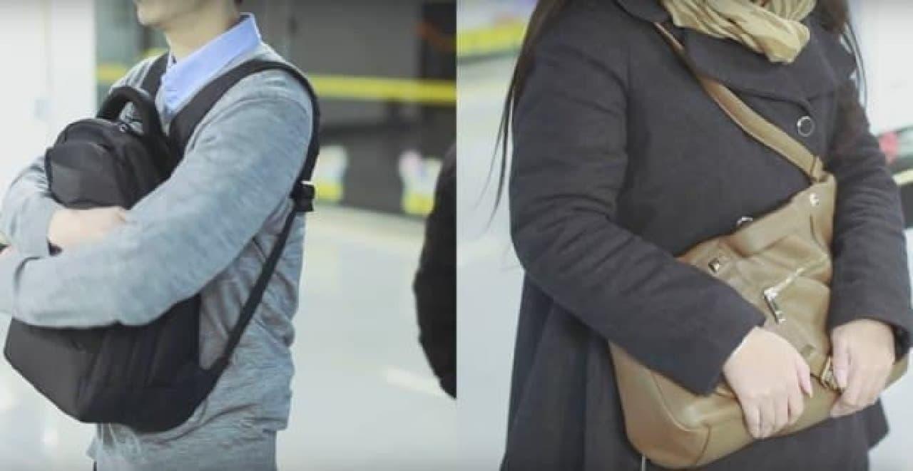 スリの被害に遭わないために、バックパックを前に抱える人たち