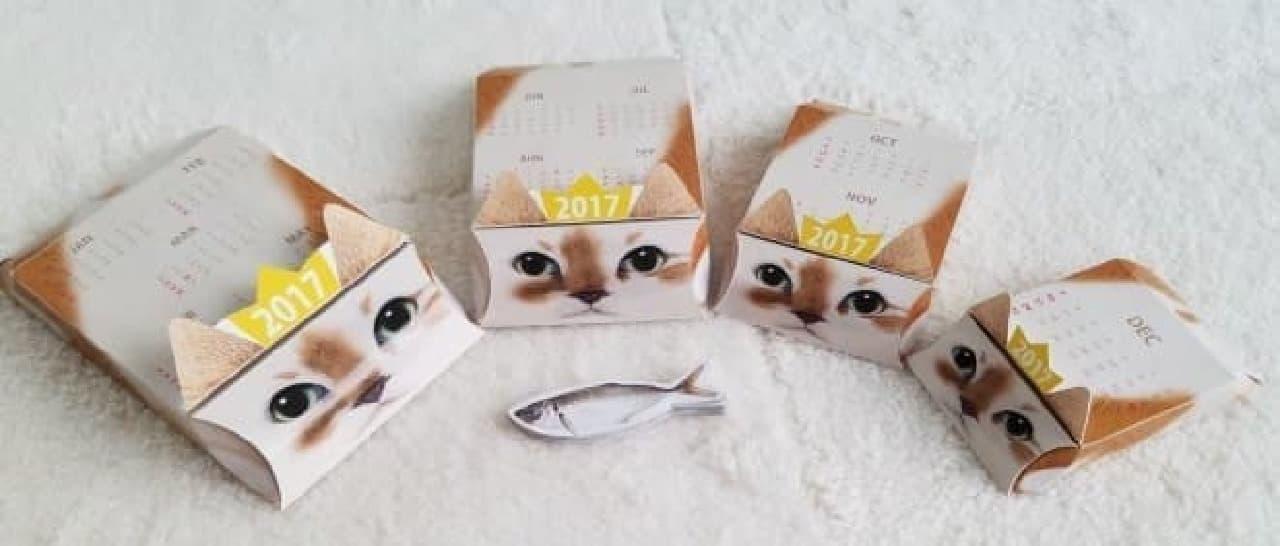 「ネコリョーシカカレンダー」の一番小さいネコの中には、魚の形をした付箋入り