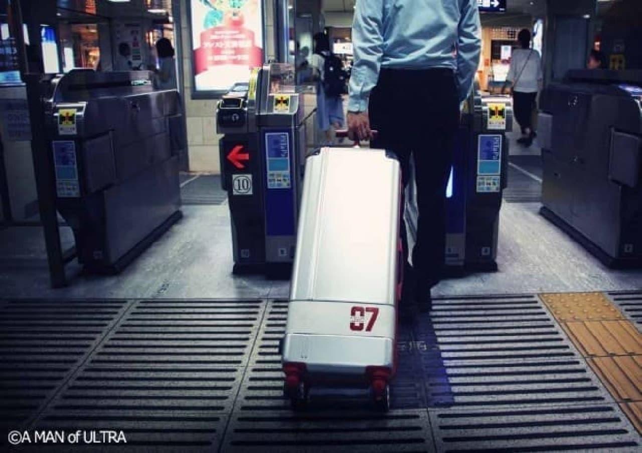改札を通りやすい「スリムスーツケース」