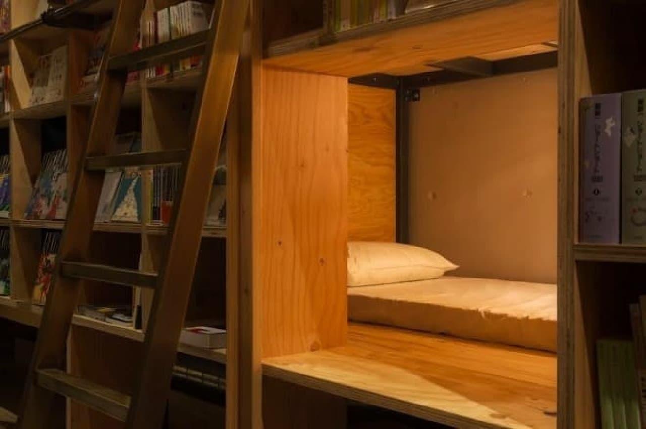 本棚に埋め込まれたベッド