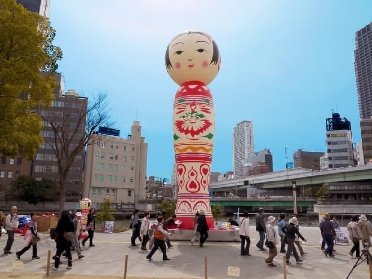 12mの巨大こけしも出現する「宮城 夏のこけしフェス in 仙台泉プレミアム・アウトレット」