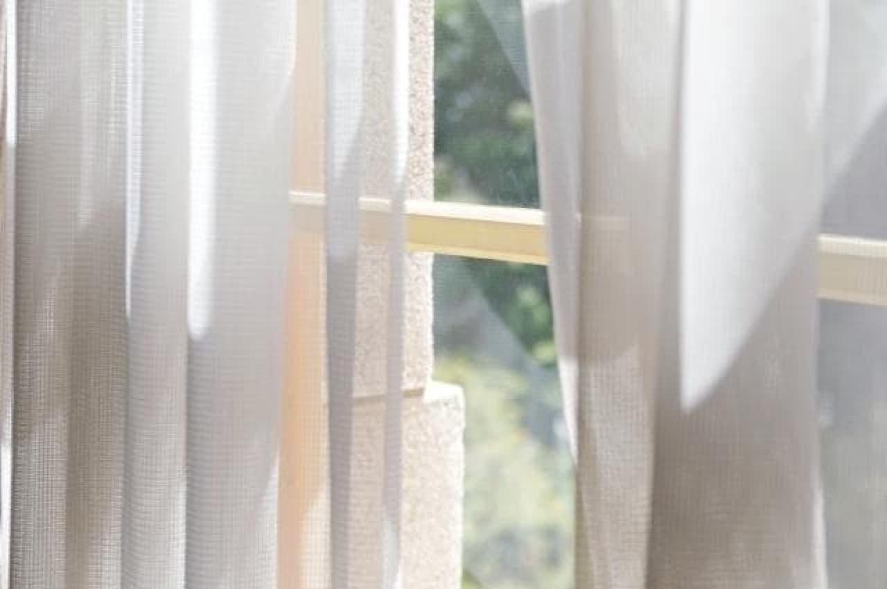 カーテンと窓から差し込む光