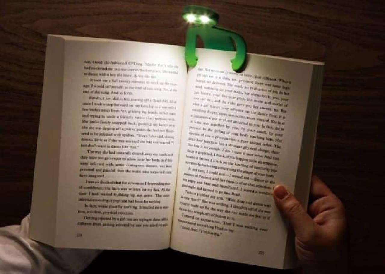 ヒト型のLEDブックライト「ライトマン」