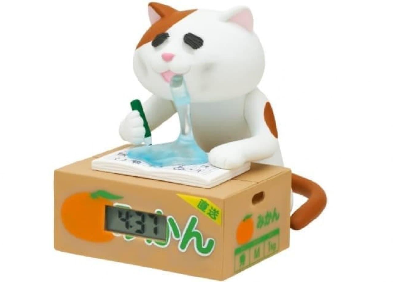 ダンボール机で徹夜するネコの応援グッズ「徹夜ねこウォッチ」
