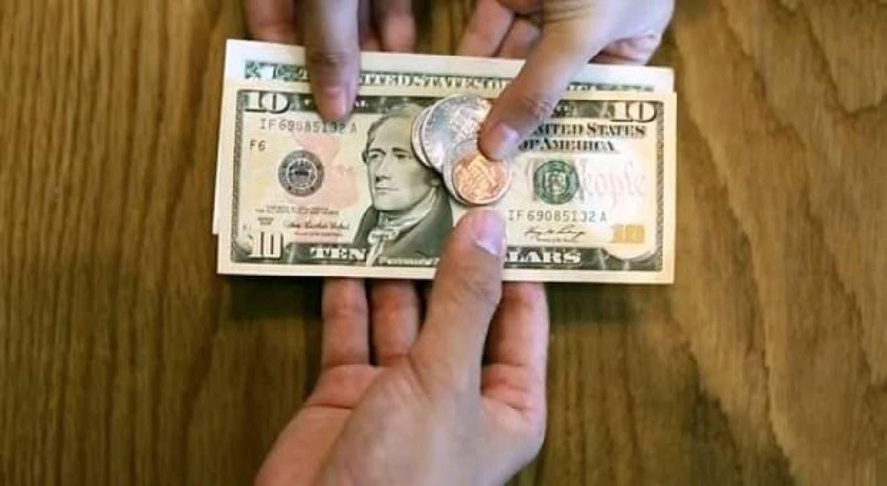 お札と小銭を自動的に分けてくれる財布「KIN」