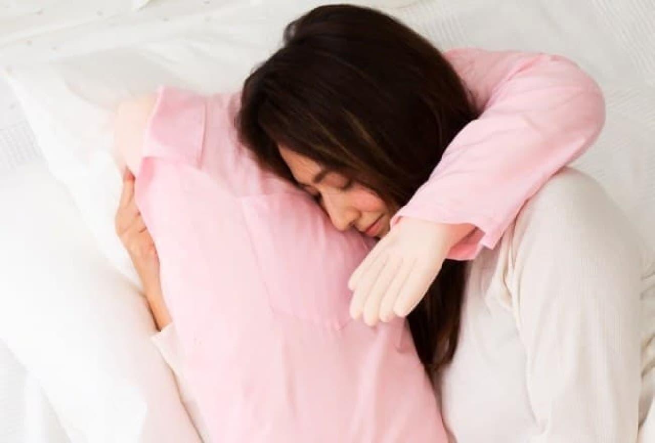 腕枕みたいな抱き枕「ボーイフレンドピロー」