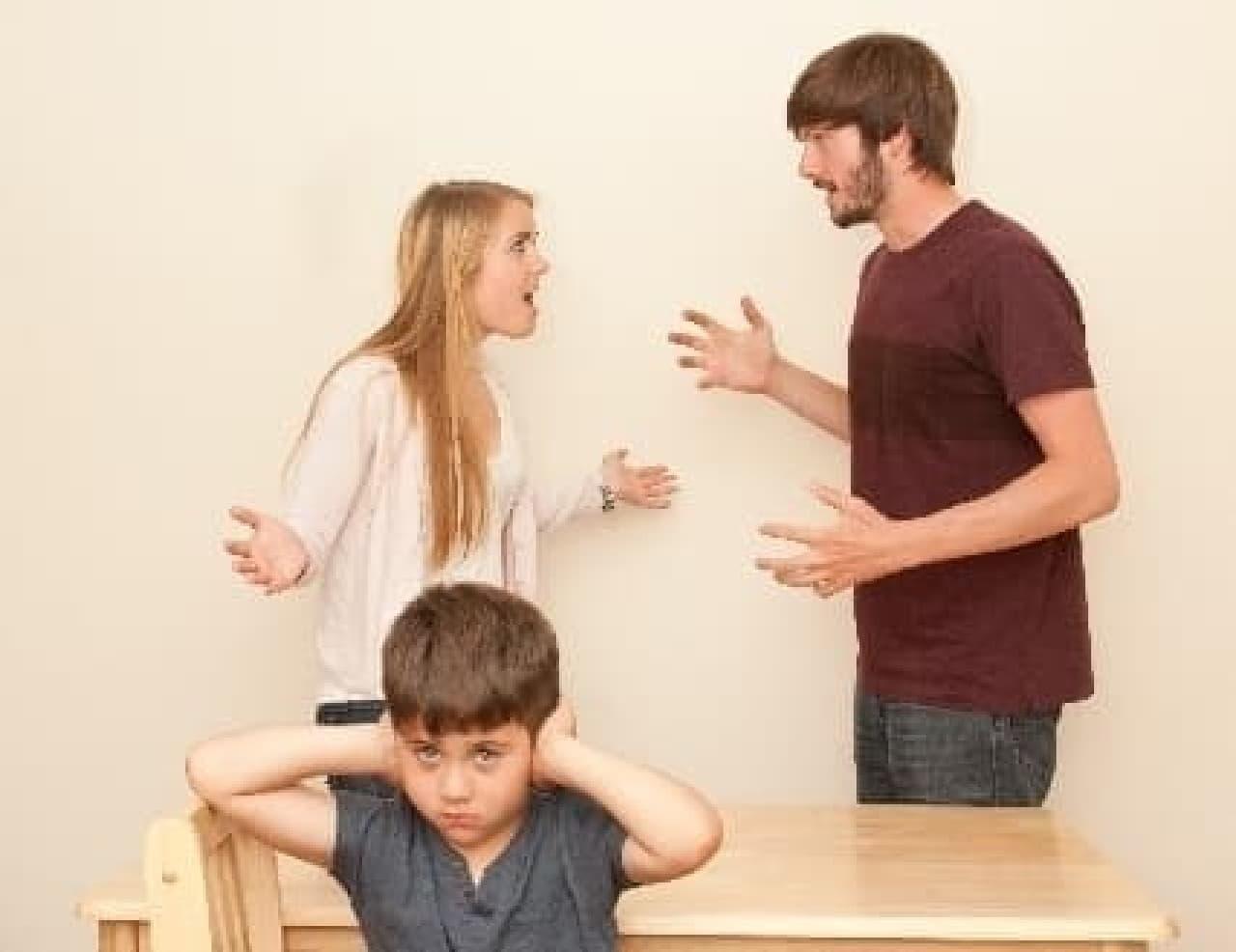 言い争う夫婦と子ども