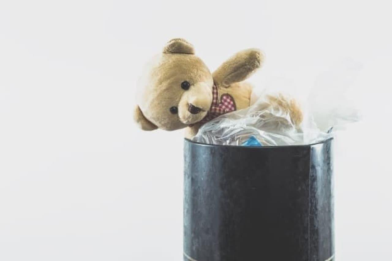 ゴミ箱に捨てられたクマ