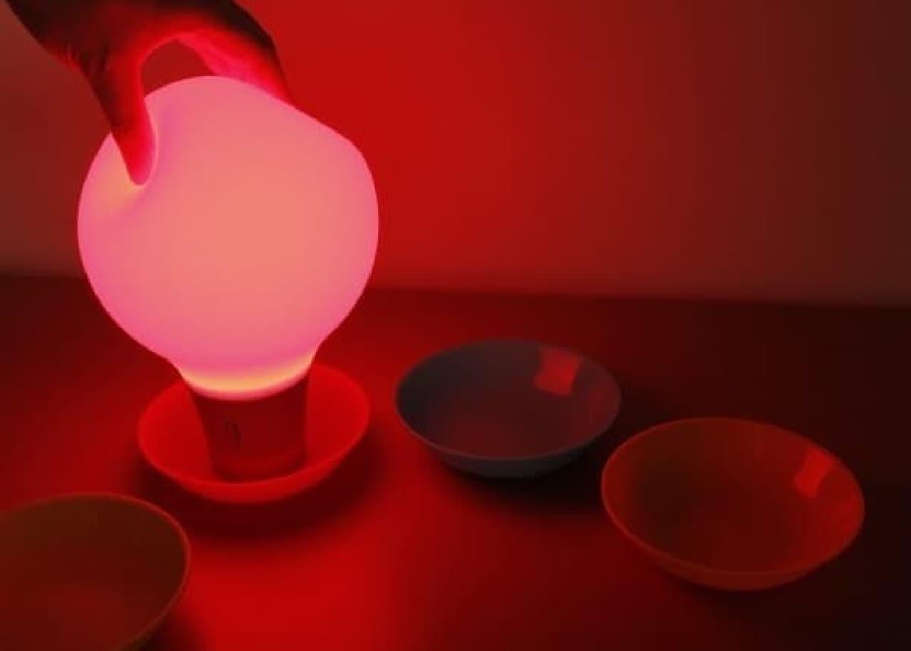 置いた場所の色に変化する照明「COLOR UP インテリアライト」