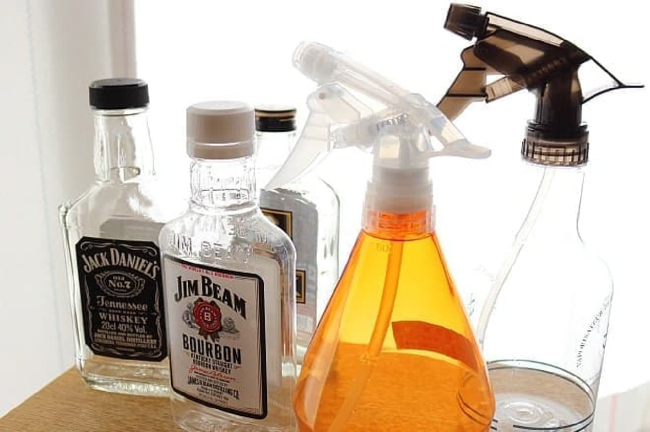 ウイスキーの空き瓶とスプレー容器