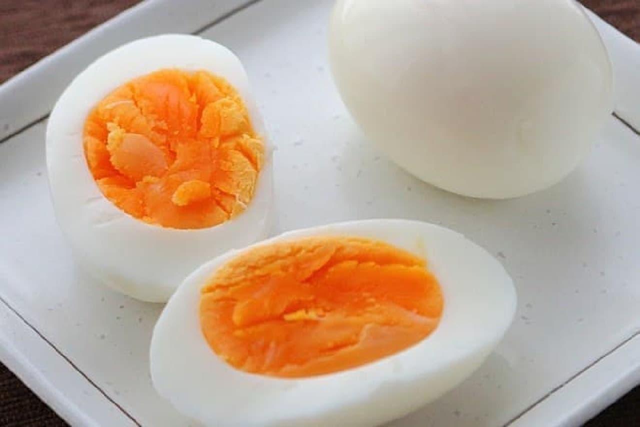 ゆで卵を盛りつけた皿