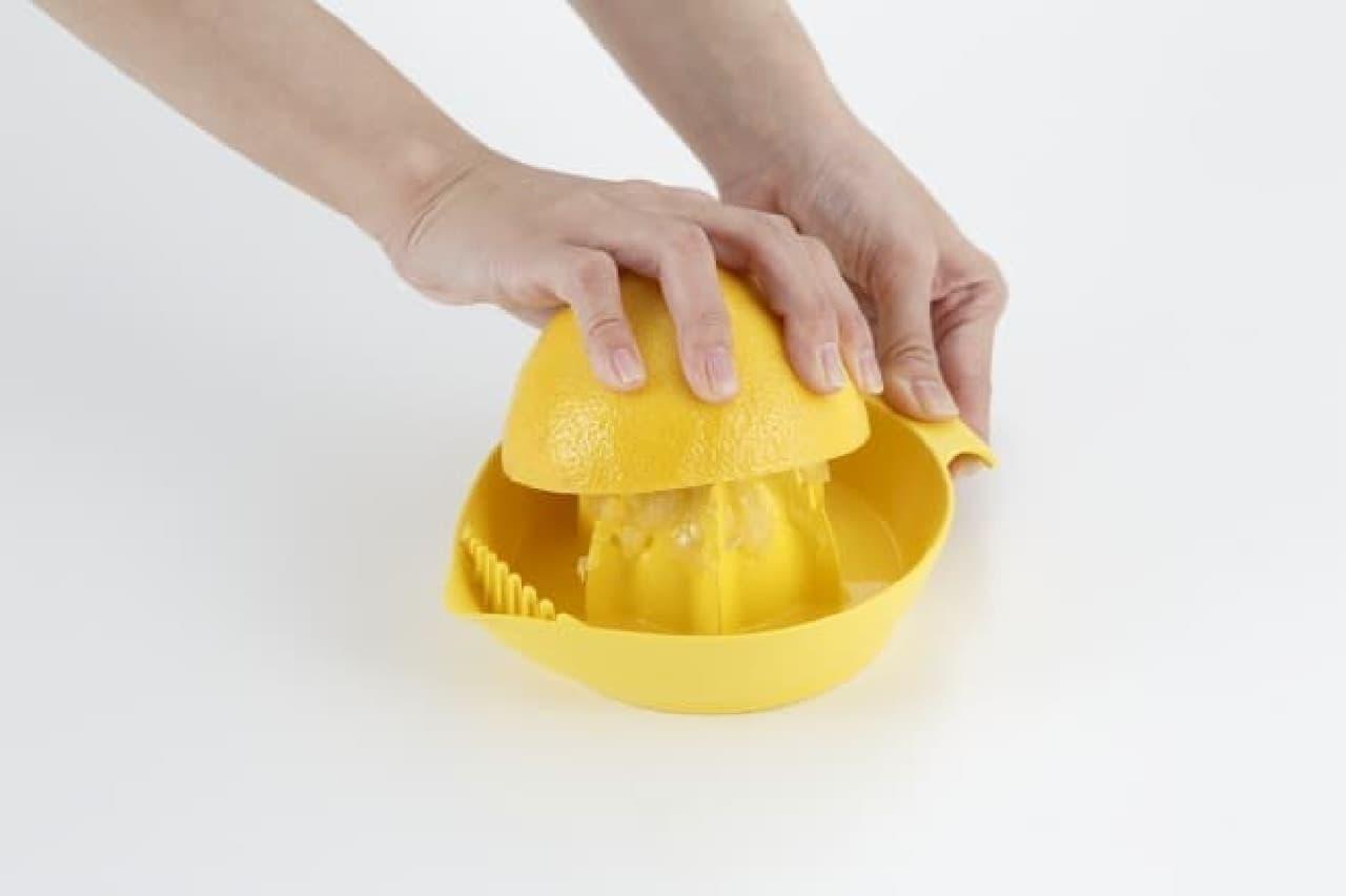 貝印「軽い力でしっかり絞れるグレープフルーツジューサー」